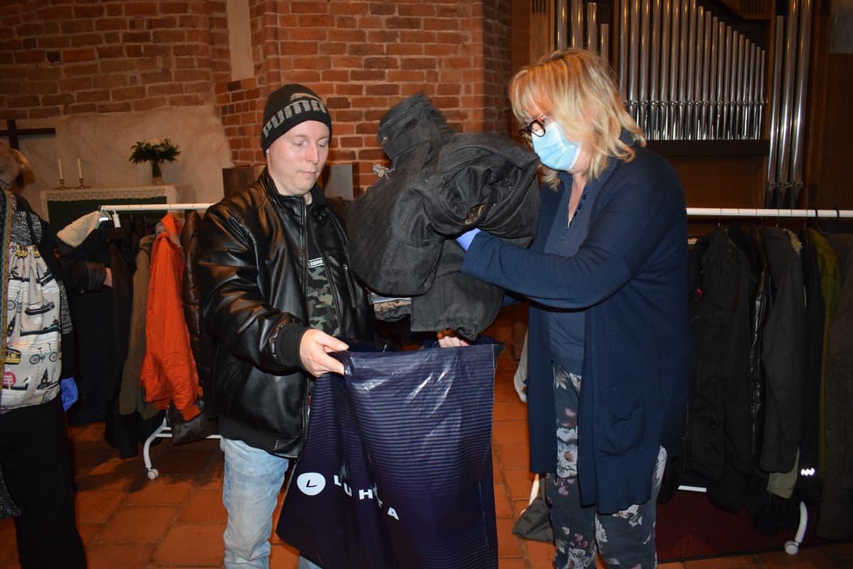Mies saa takin asunnottomien yössä