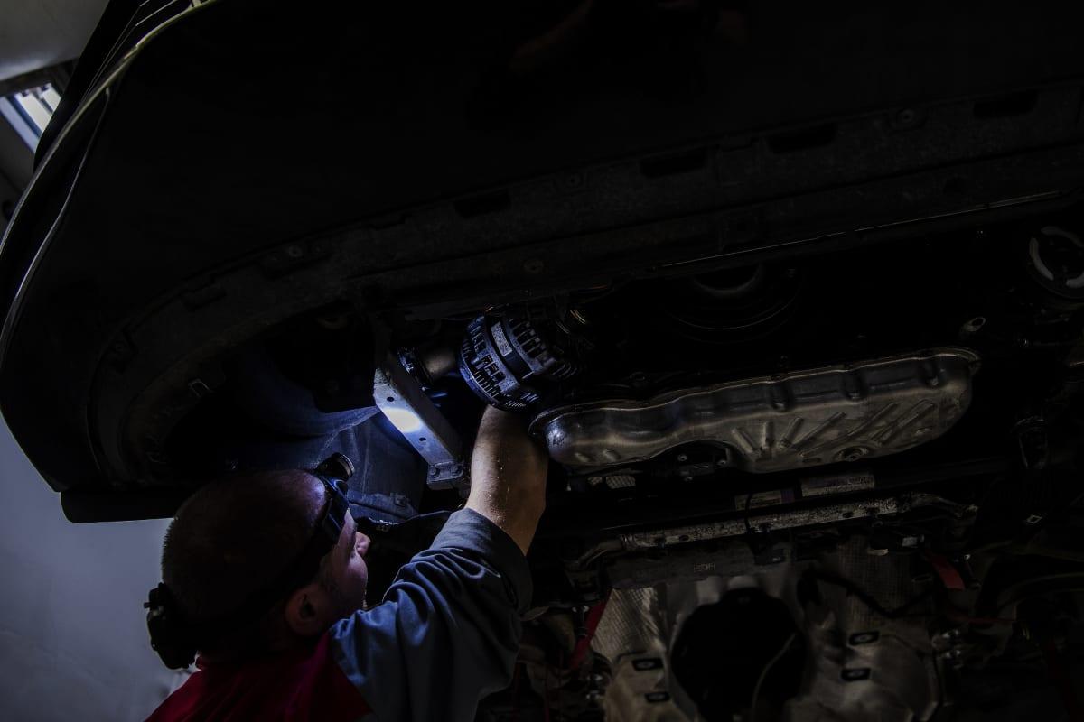 Mies työskentelee helsinkiläisellä autohuoltamolla 23. lokakuuta 2020.