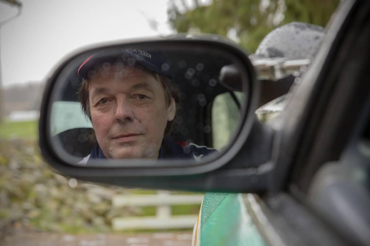 Jari Mäki istuu jenkkiautossaan.