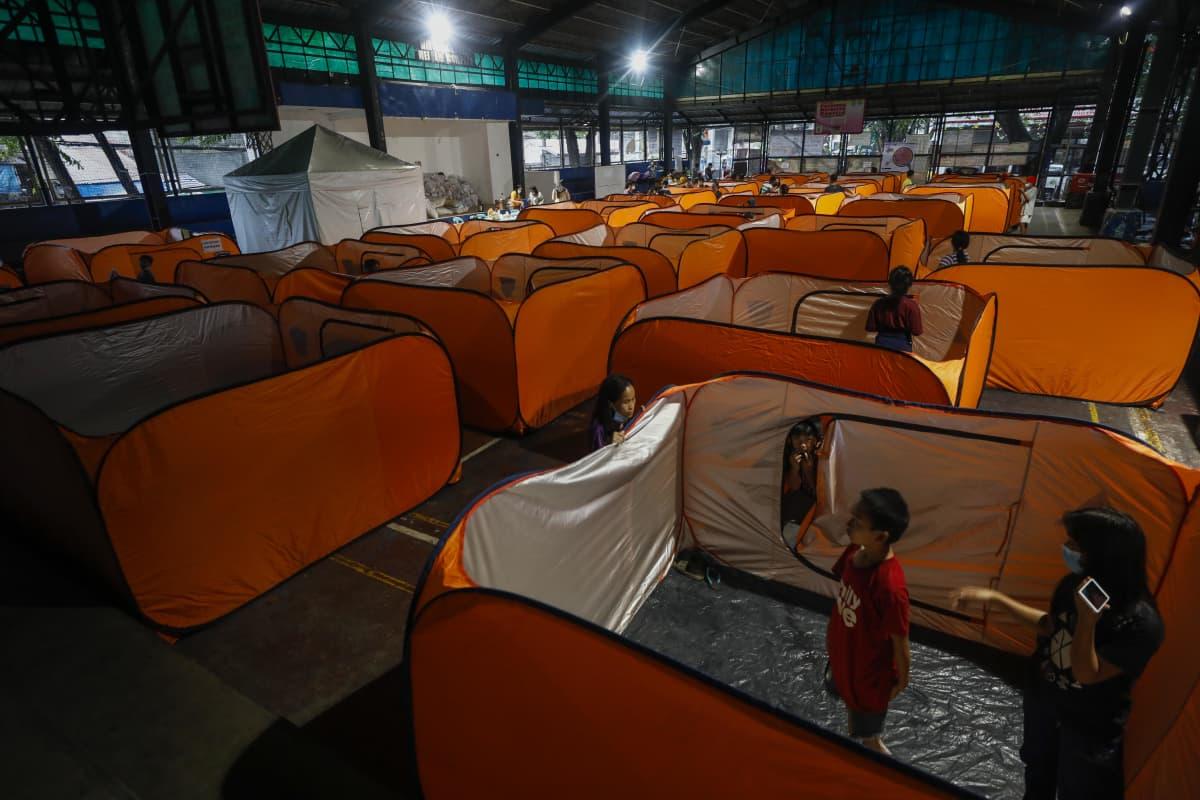 Hirmumyrsky Gonin takia evakuoiduille pystytettiin moduulitelttoja liikuntasaliin Quezon Cityn suurkaupungissa Manilan metropolialiueella Filippiineillä 1. marraskuuta 2020.