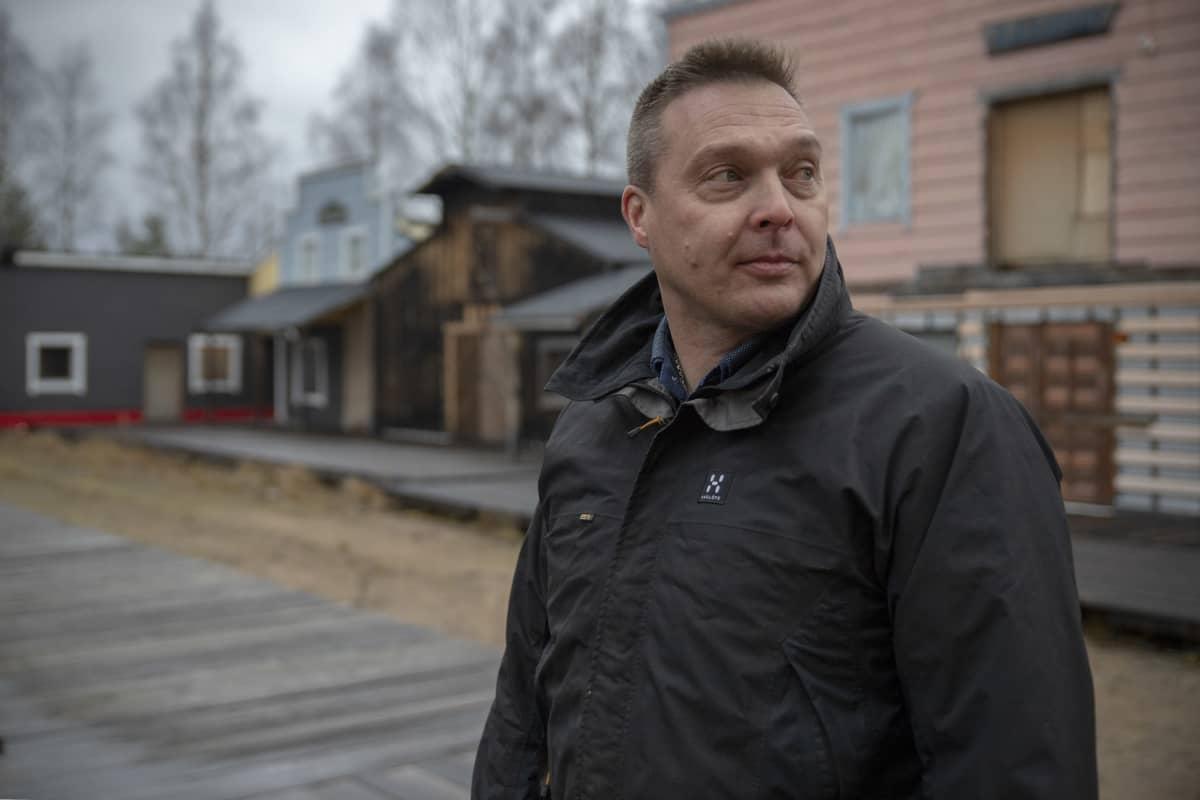 Ähtärin kaupungin elinvoimapäällikkö Jani Takamaa Lännenkylän kadulla