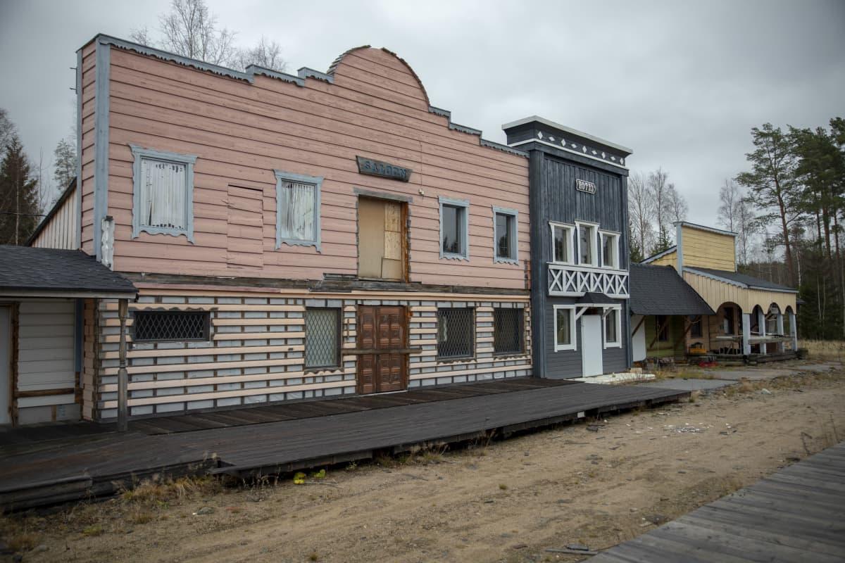 Lännenkylän ränsistyneitä rakennuksia Ähtärissä