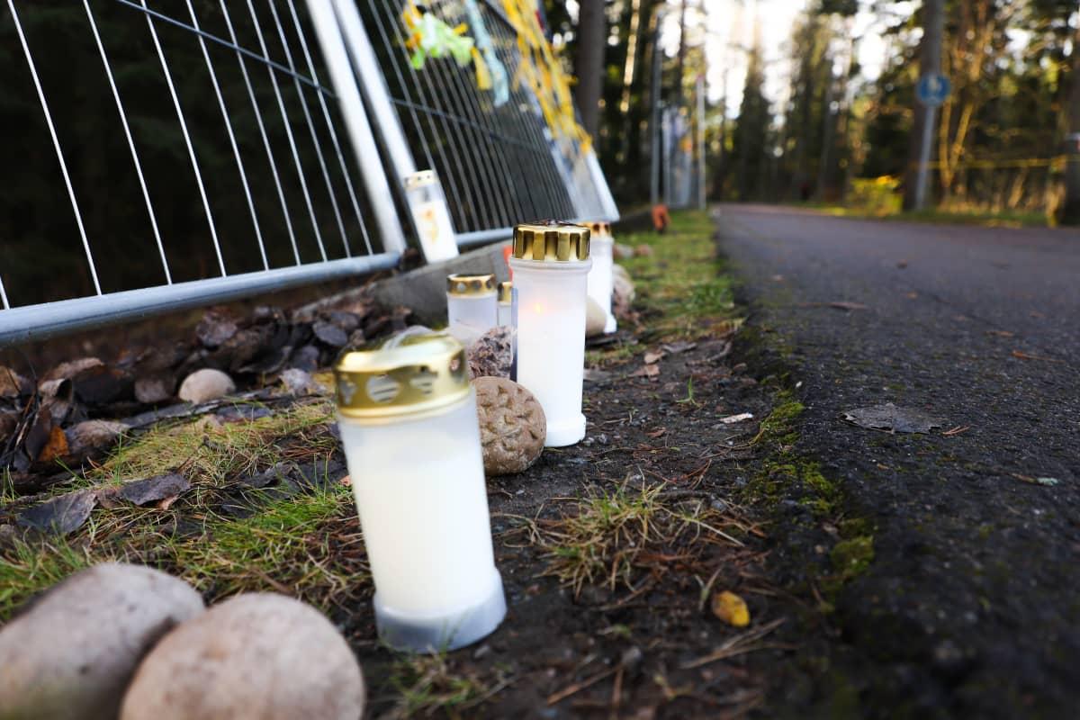 Kynttilöitä Keskuspuistossa vastustamassa Pirkkolan uutta monitoimihallia.