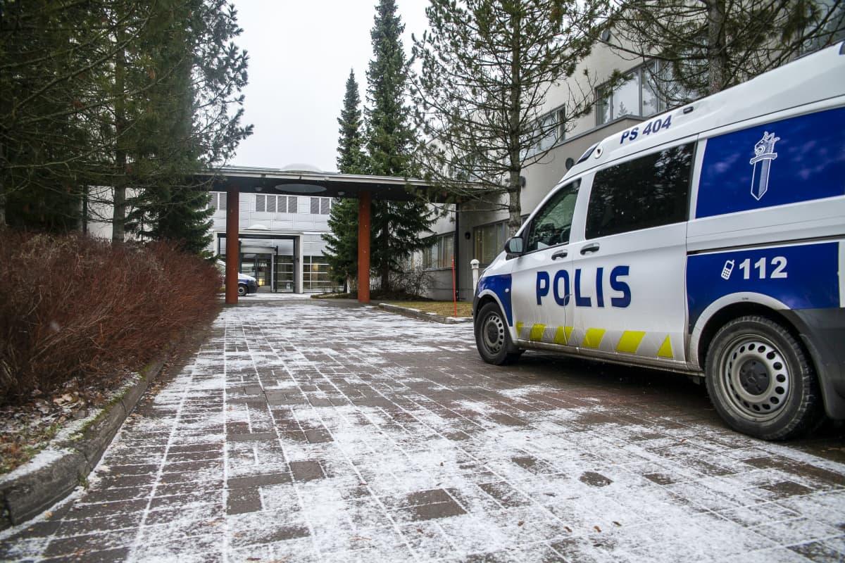 Poliiseja Pyörön koululle uhkauksen seurauksena