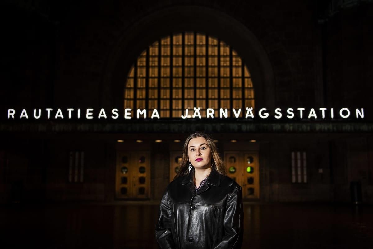 Kuvassa on Linda-Maria Roine Helsingin päärautatieaseman edessä 11. marraskuuta 2020.