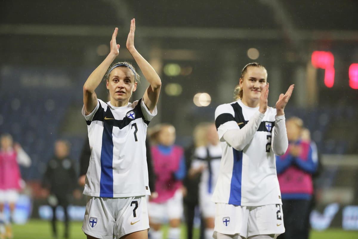Essi Sainio (och Elii Pikkujämsä) tackar publiken efter kvalmatchen mot Skottland 27.10.2020