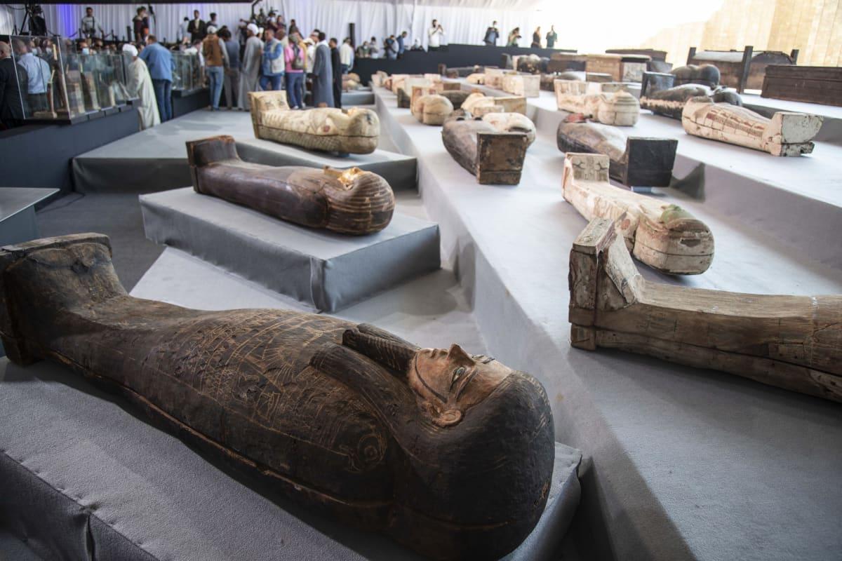 Egyptissä Sakkaran kaupungista löytyneitä sarkofageja eli muumioiden hautasäiliöitä esiteltiin medialle.