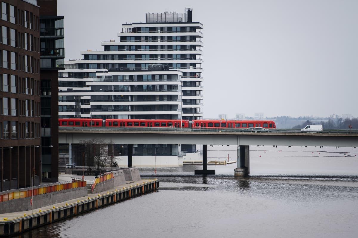 Metro kulkee Kulosaaren sillalla marraskuun puolivälissä 2020.