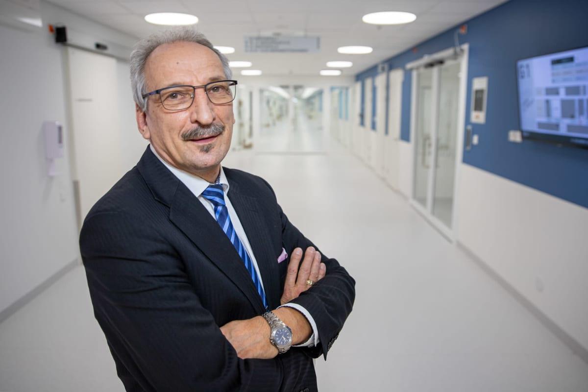 Keski-Suomen sairaanhoitopiirin johtaja Juha Kinnunen uuden sairaala Novan käytävällä