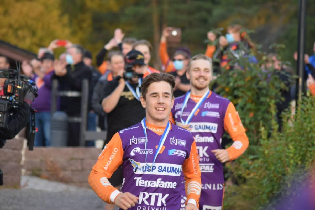 Aapo Komulainen juoksee huuhtomaan kultaa Sapso-järveen Sotkamon Jymyn voitettua miesten superpesiksen kultaa.