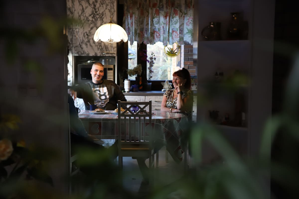 Tomi ja Marita Ahlqvist kahvipöydässä