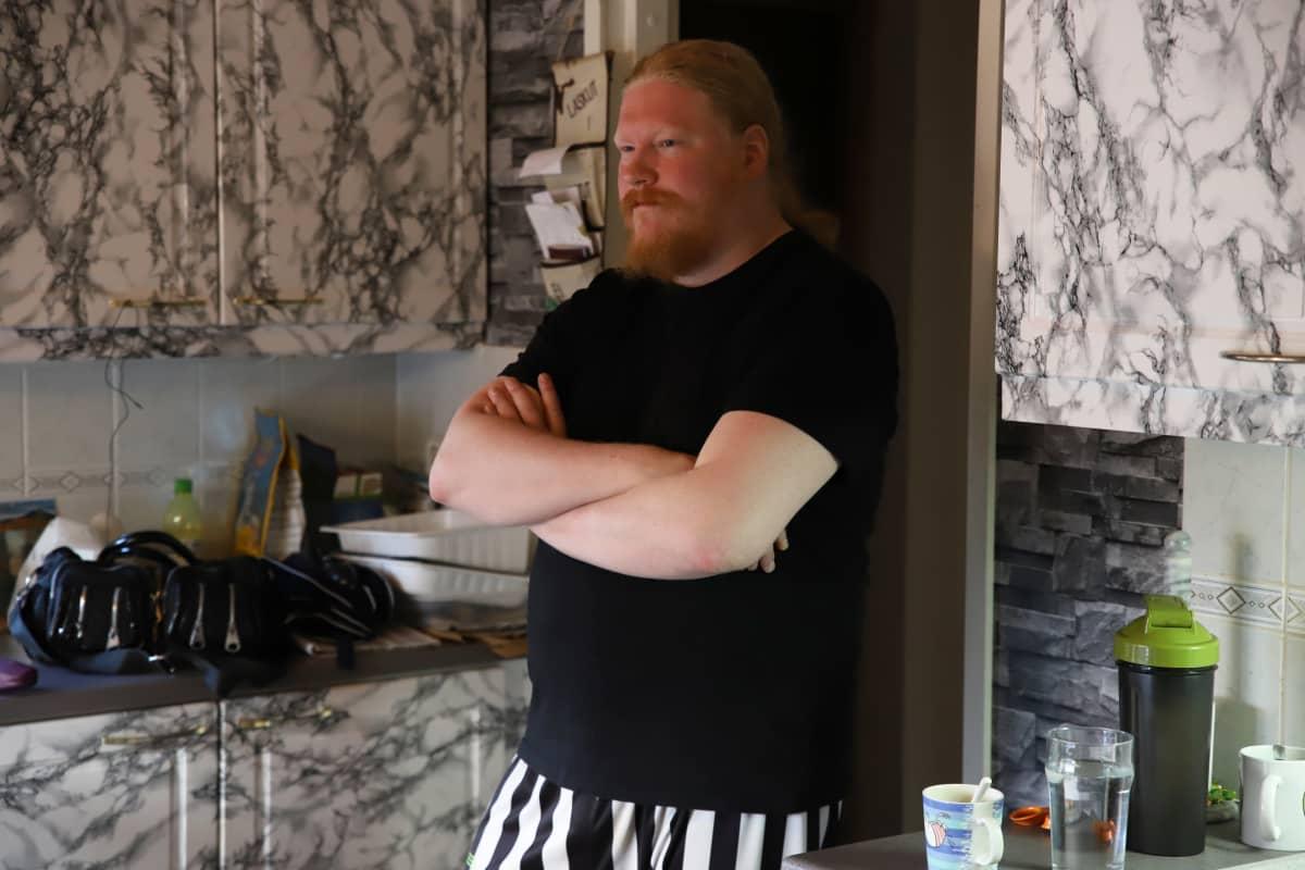 Esa Ahlqvist keittiön ovella