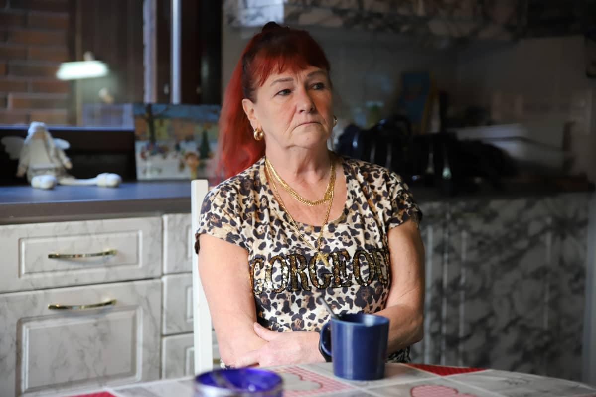Marita Ahlqvist istuu pöydän ääressä