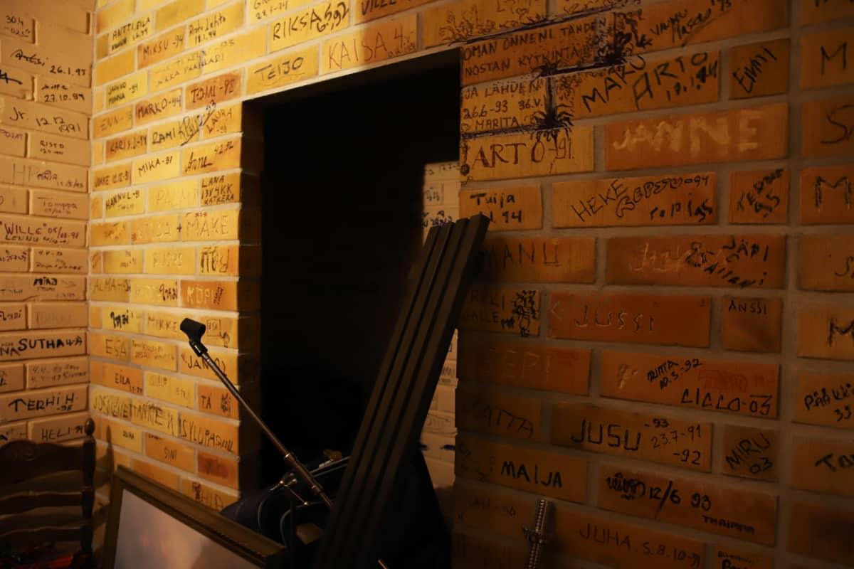nimikirjoituksia seinätiilissä