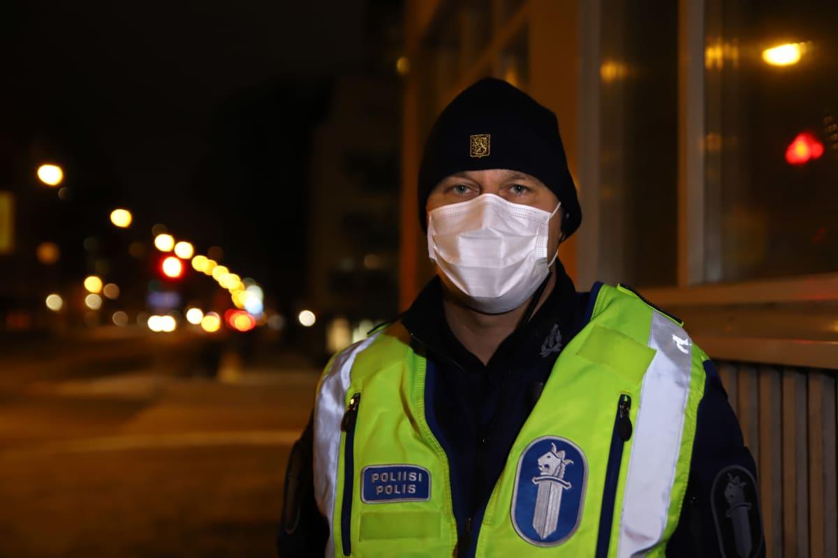 Ylikonstaapeli Juha Seppälä aamuvarhaisella Turun poliisitalon edustalla