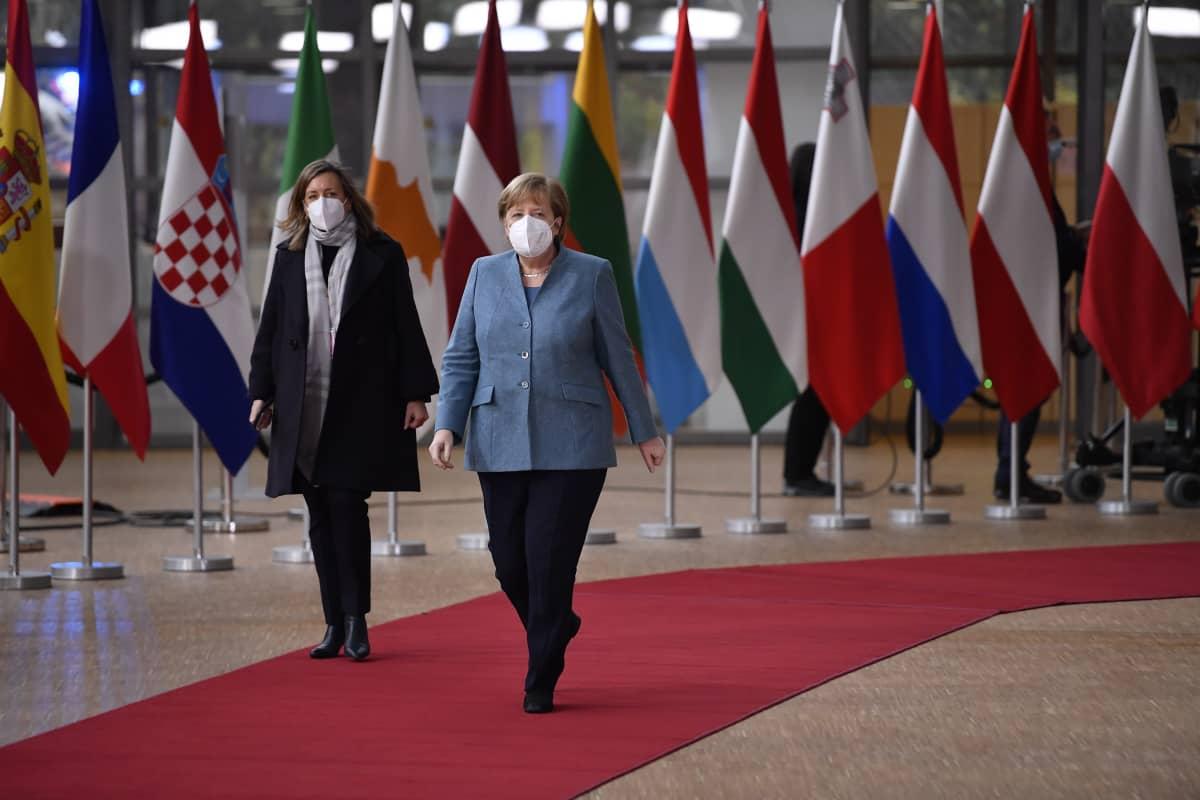 Angela Merkel kävelee aulassa