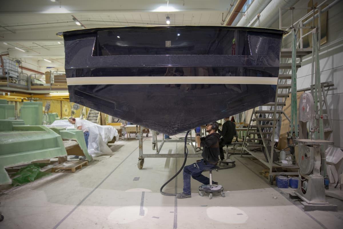 Venettä rakennetaan tehtaalla