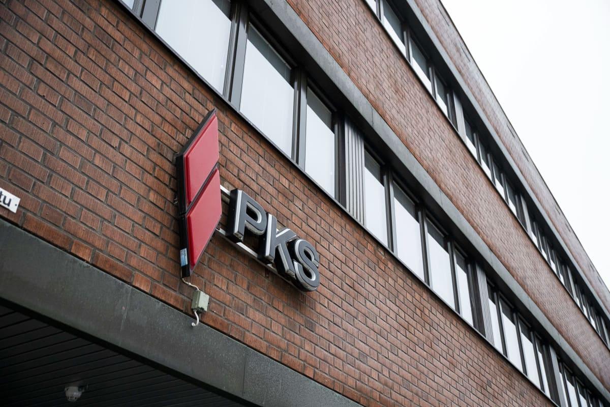 PKS-sähkönsiirtoyhtiön logo seinässä.