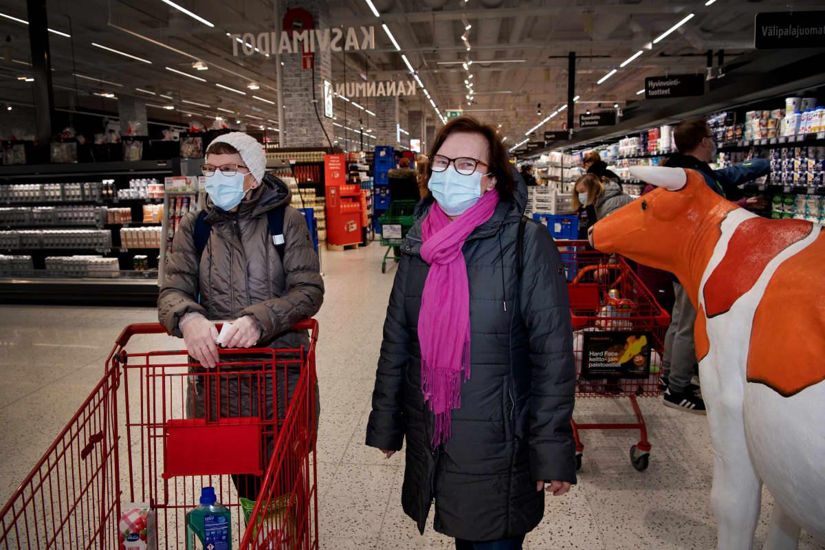 Sirpa Hurskainen ja Liisa Palmén ruokaostoksilla kaupassa.