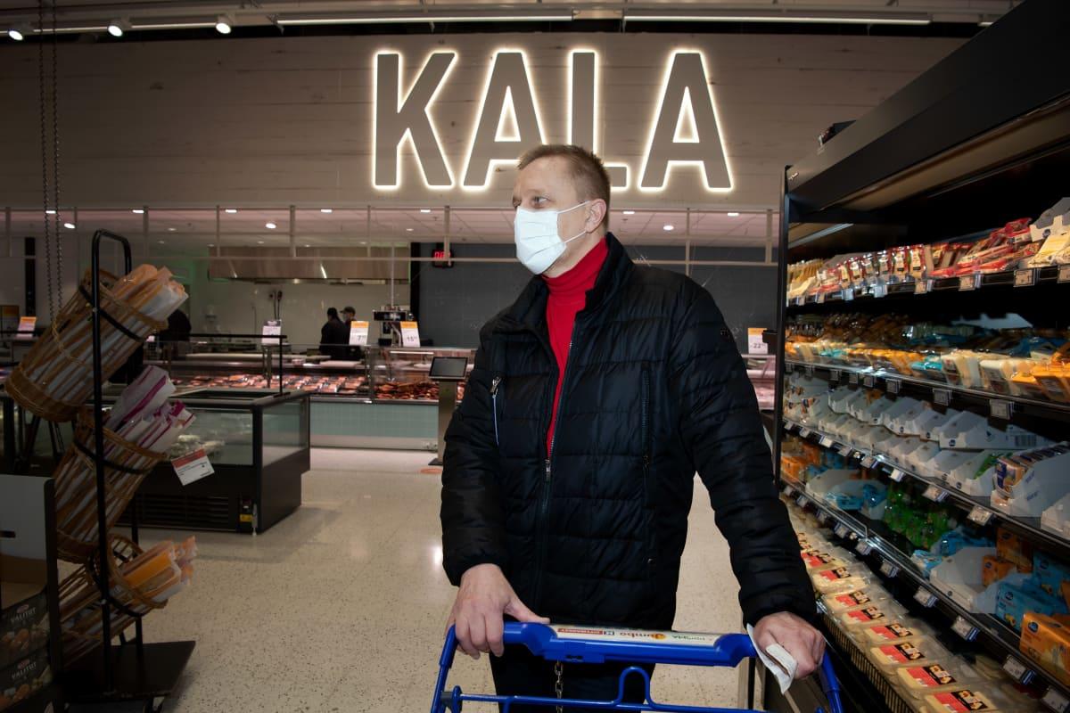 Keijo Kangas jouluruokaostoksilla ruokakaupassa.