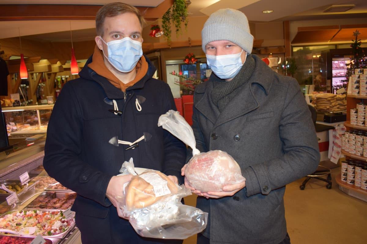 Petri ja Jukka Vainio ostamassa lihatuotteita.