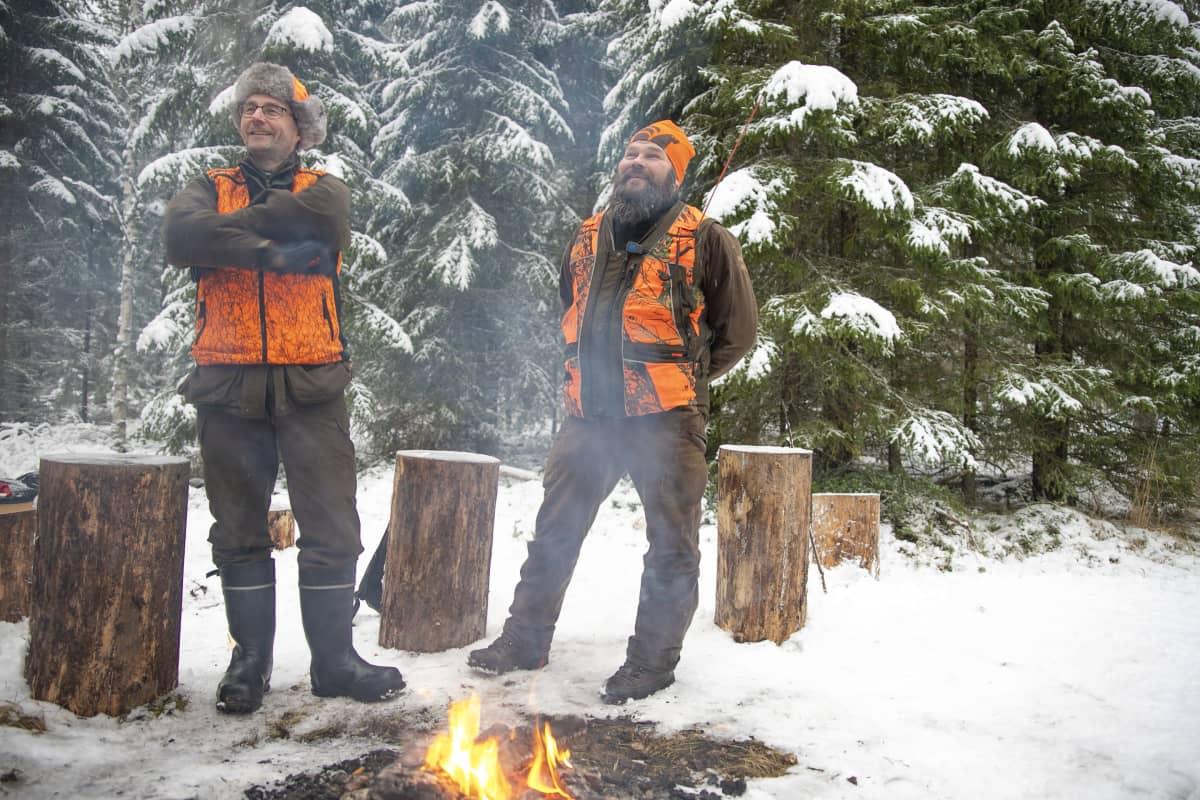 Metsästäjät juttelevat nuotion äärellä.