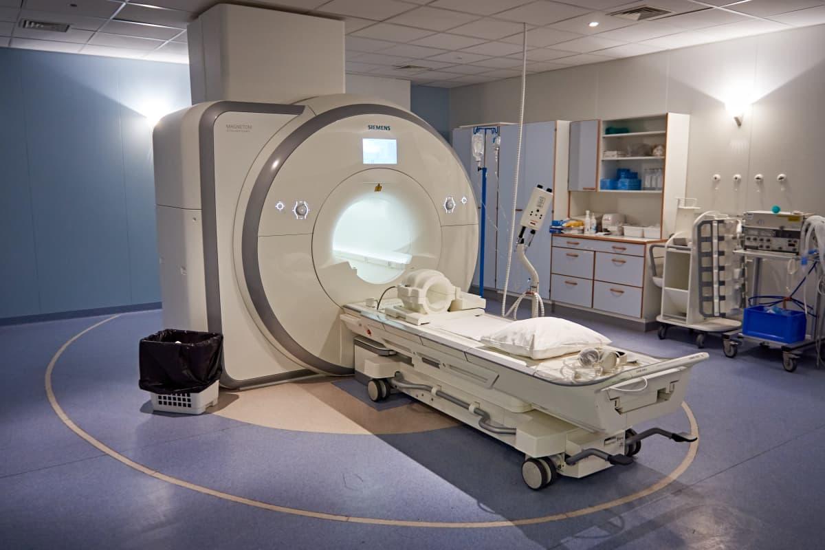 Magneettikuvauslaite Meilahden sairaalassa.