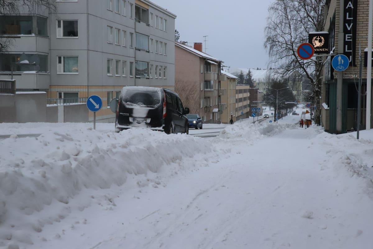 Katu Kouvolassa runsaan lumisateen jäljiltä 13.1.2021.