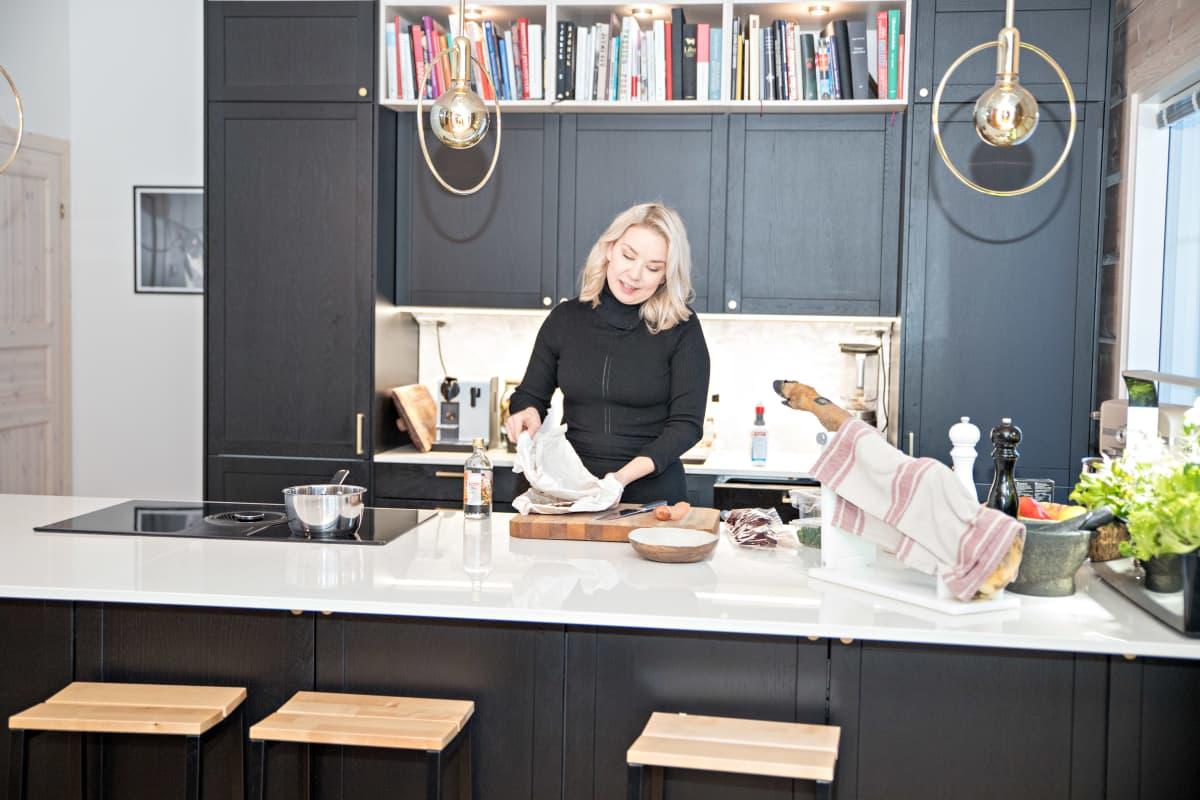 Sirly Ylläsärven kotikeittiö toimii Chef Sirly kokkikoulun studiona