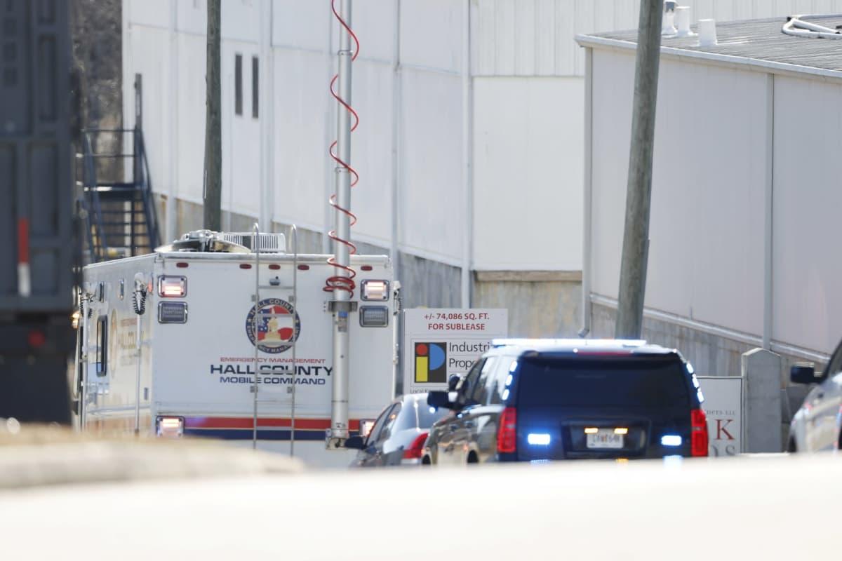 Viranomaisten ajoneuvoja tehtaan vieressä Gainesvillessä, jossa kemikaalionnettomuus tapahtui.