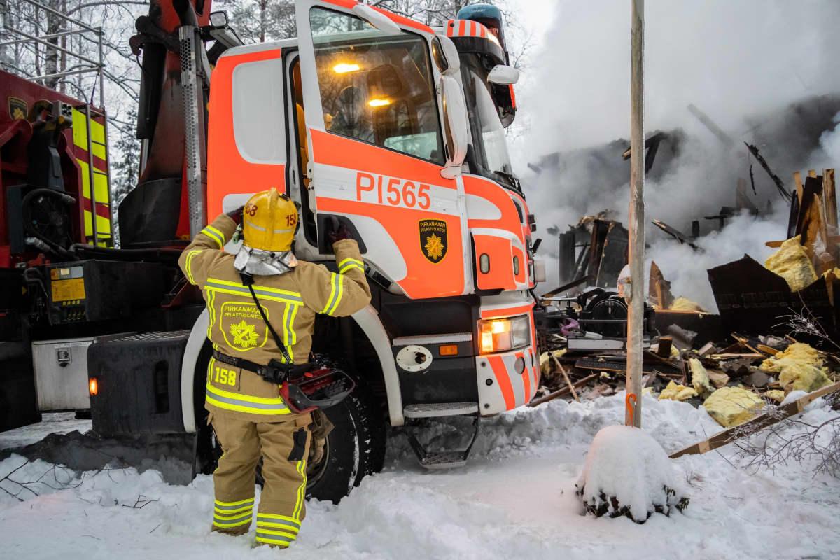 Palomies ja paloauto sammutuspaikalla