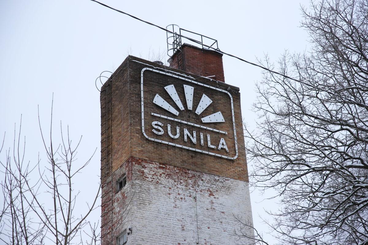 Alvar Aallon suunnittelema Sunilan logo vanhassa tehtaan piipussa.