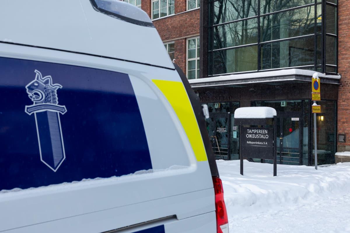 Tampereen oikeustalo ja poliisiauto etualalla