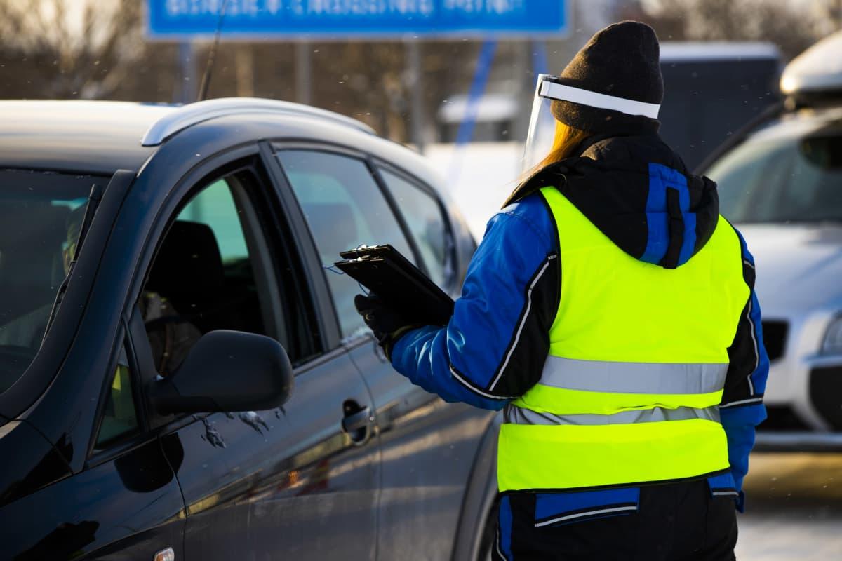Tornion rajanylityspaikalla on työntekijöitä kertomassa testausmahdollisuudesta.