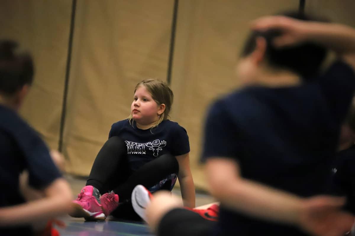Ella Hämäläinen lasten koripallokoulussa Savonlinnassa