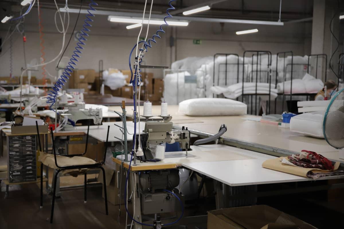 Tyhjä ompelulinjasto Lennolin tehtaalla Jalasjärvellä.