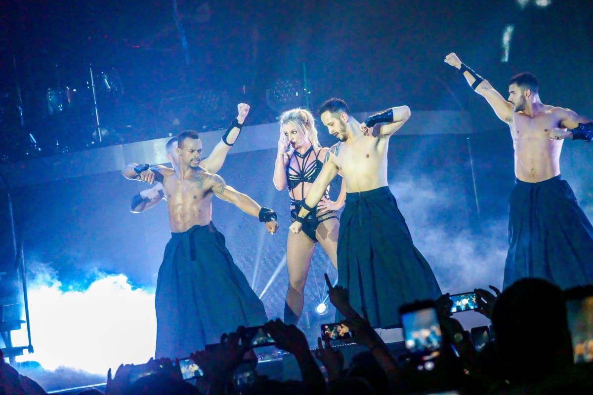 Britney Spears lavalla tanssijoiden kanssa.