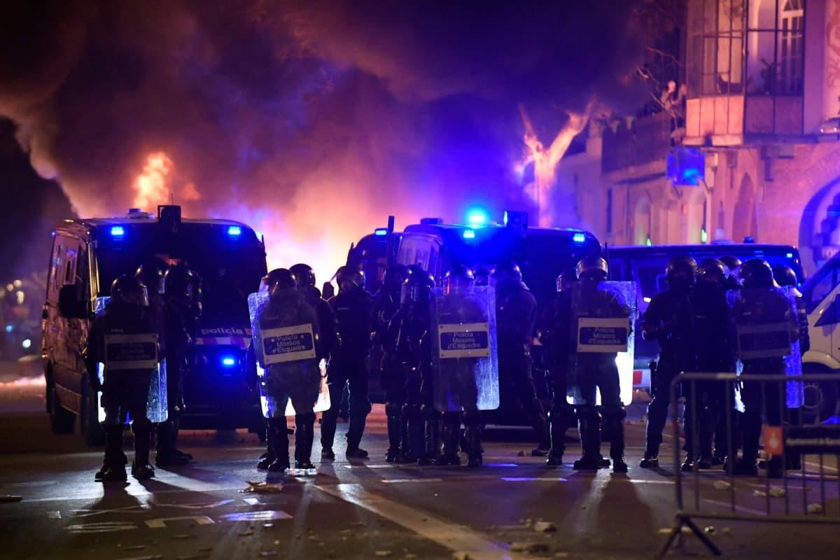 Katalonian poliisi ottaa yhteen mielenosoittajien kanssa Barcelonassa