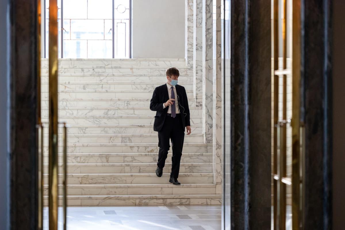 Perussuomalaisten kansanedustaja Sakari Puisto kävelemässä valtiosalin portaita alas eduskunnassa.