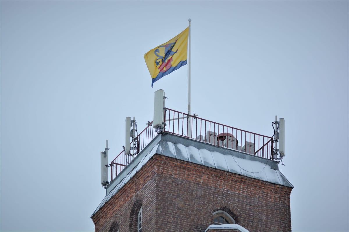 Lippu jossa Pietarsaaren vaakuna liehuu lipputangossa.