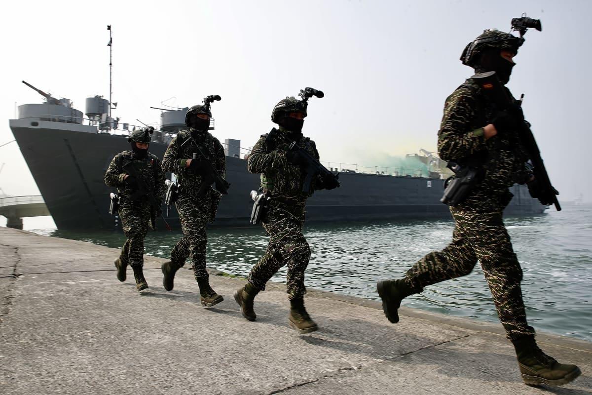 Taiwanissa harjoiteltiin vastatoimia mahdolliselle saarelle tunkeutumiselle Kaohsiungissa 27. tammikuuta 2021.