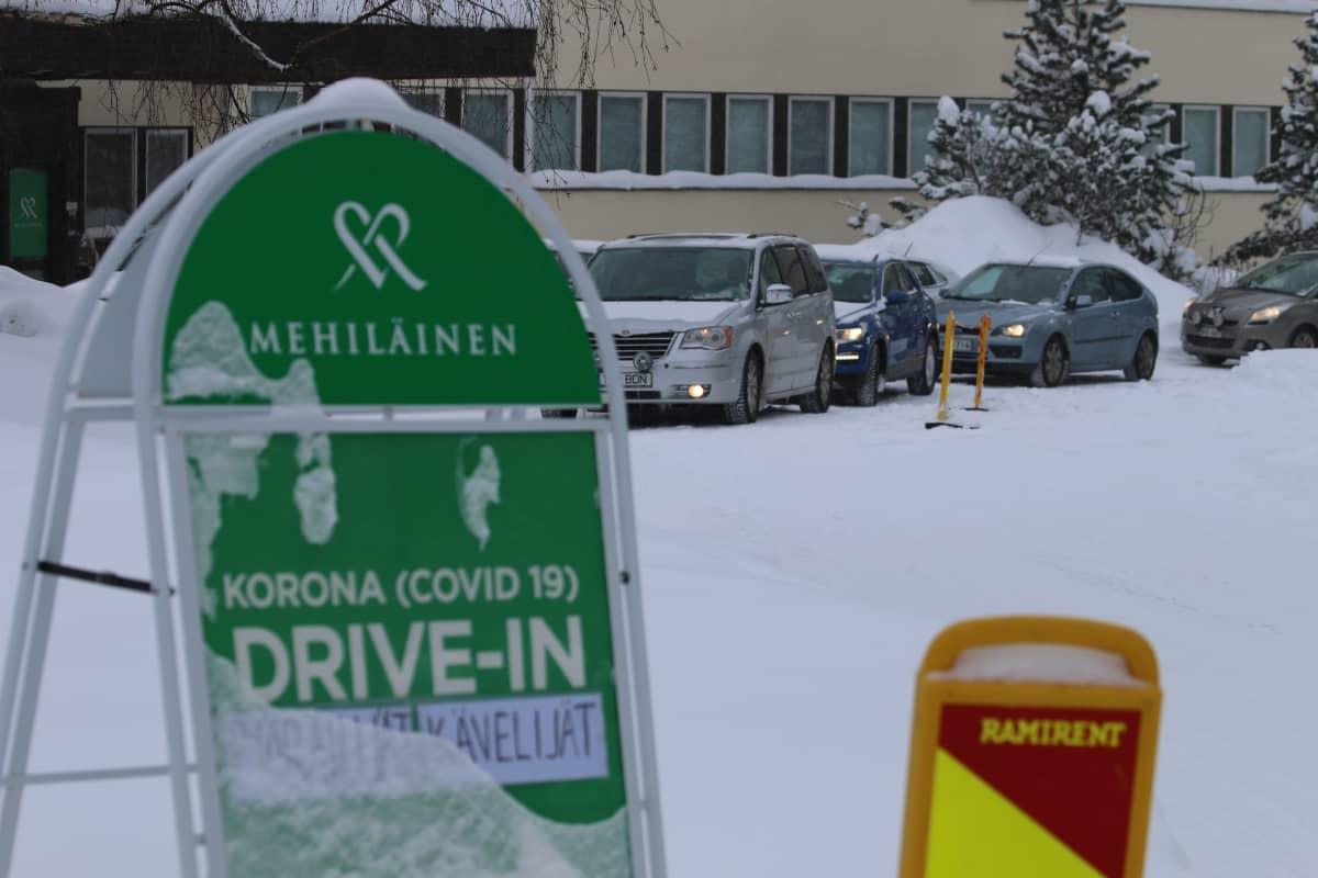 Rovaniemen drive-in koronatestaus entisen terveyskeskuksen pihalla.