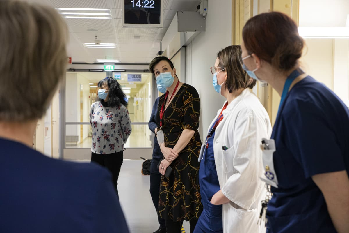 Kanta-Hämeen sairaanhoitopiirin johtajistosta koostuva tukitiimi kierroksella keskussairaalassa.