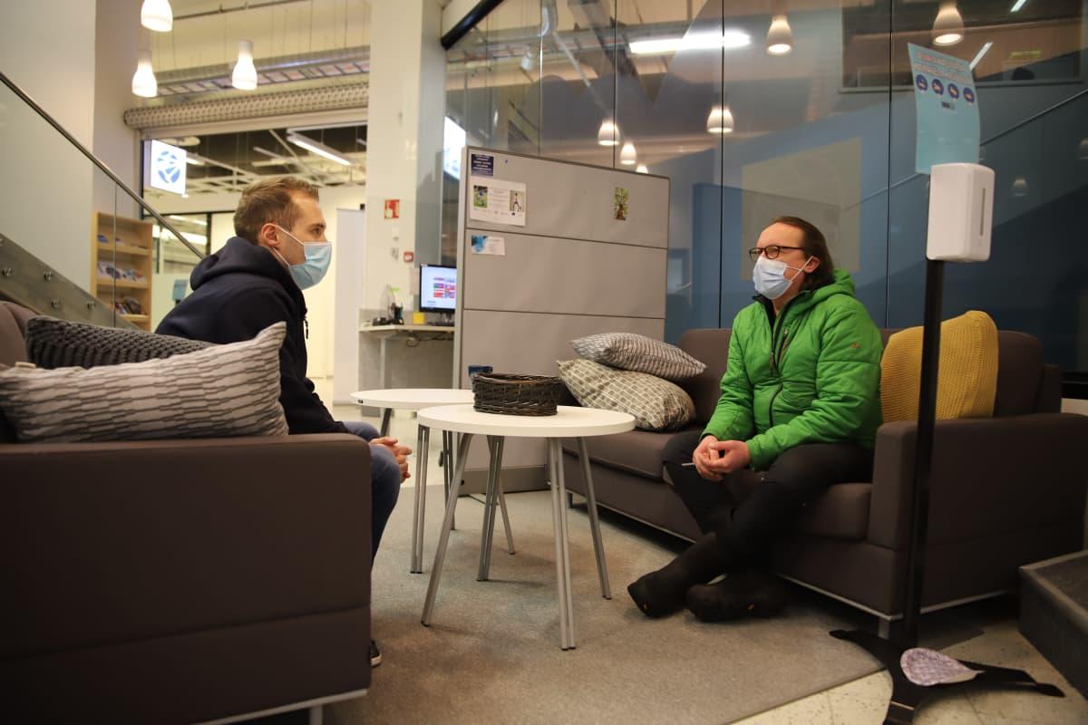 Rovaniemeläinen Visa Pahtaja (oikella) löysi työpaikan Osaamon kautta. Pahtajan kanssa keskustelee työllisyyskoordinaattori Heikki Pantsar.
