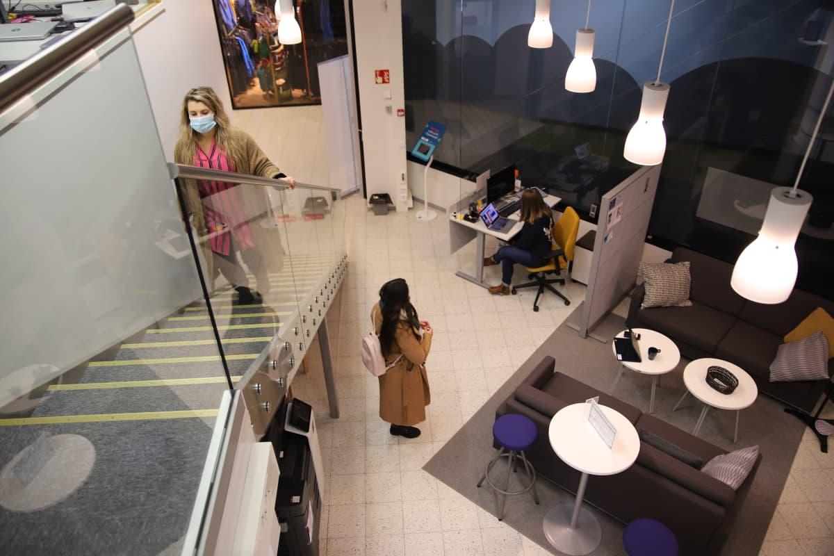 Rovaniemellä Osaamon ja Ohjaamon tiloista löytyvät alueella olevien oppilaitosten, kaupungin ja TE-palveluiden työntekijät sekä kontaktit työnantajiin.