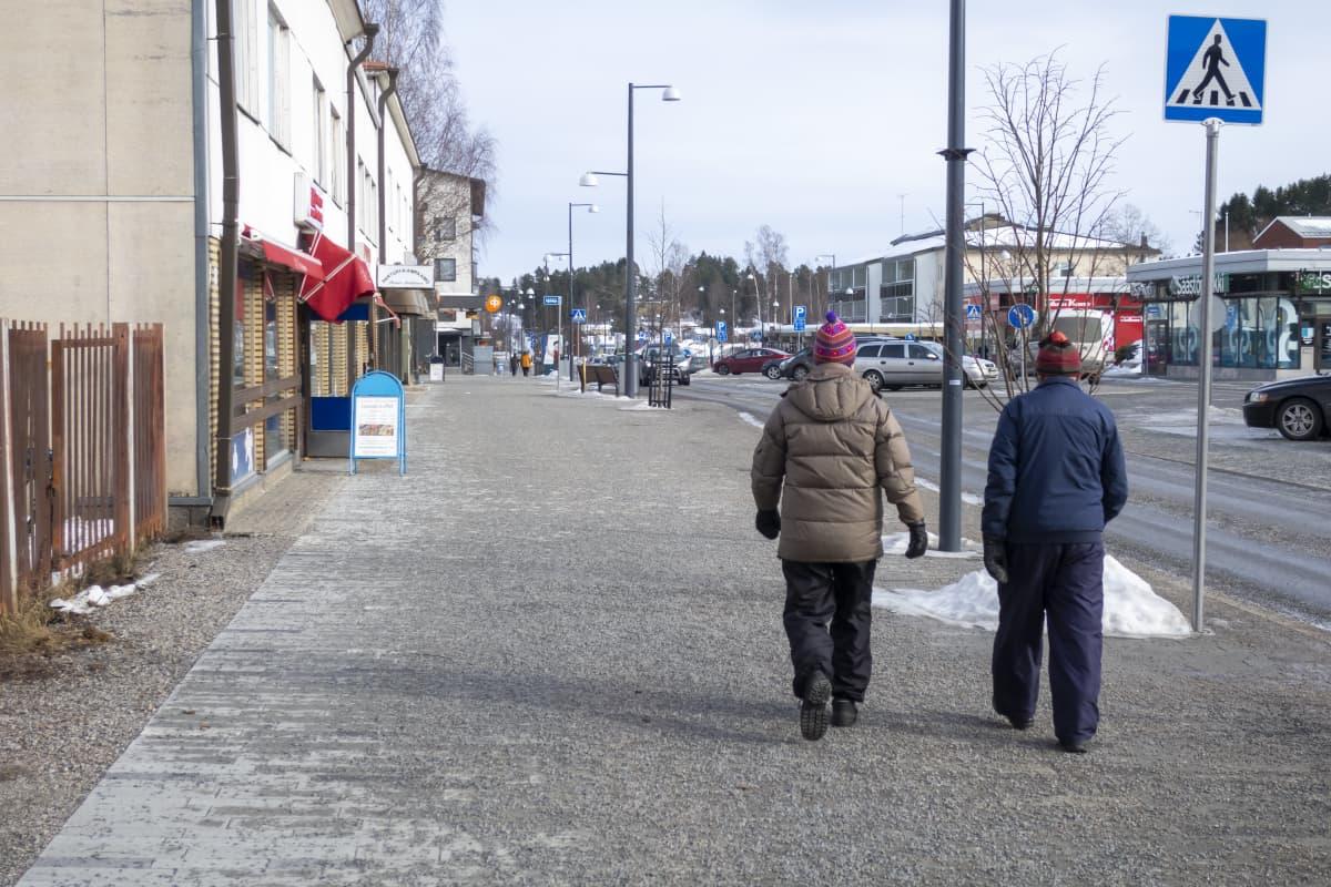 Pariskunta kävelyllä Jämsän Keskuskadulla.