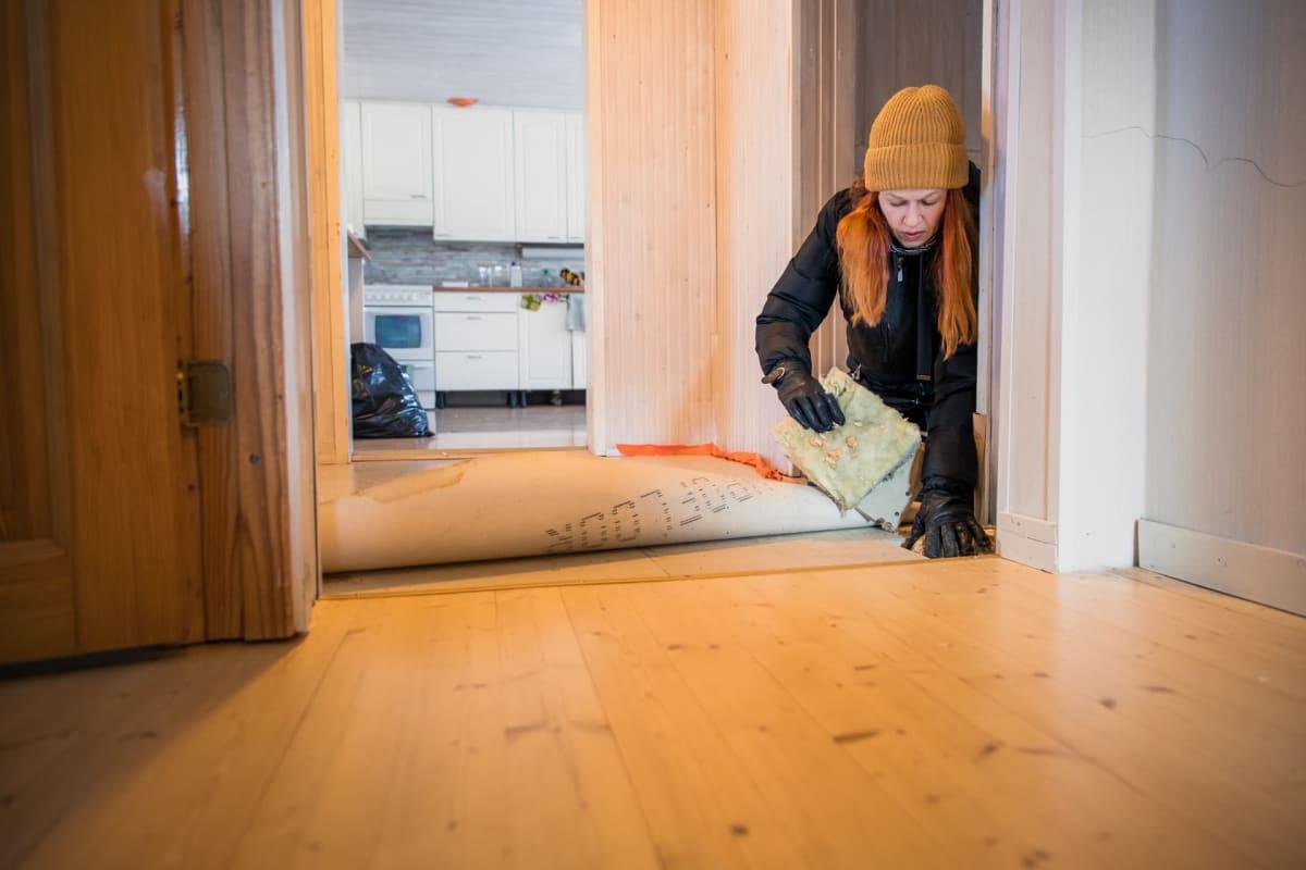 Anna Penttilä tutkii hometalon lattiaa.