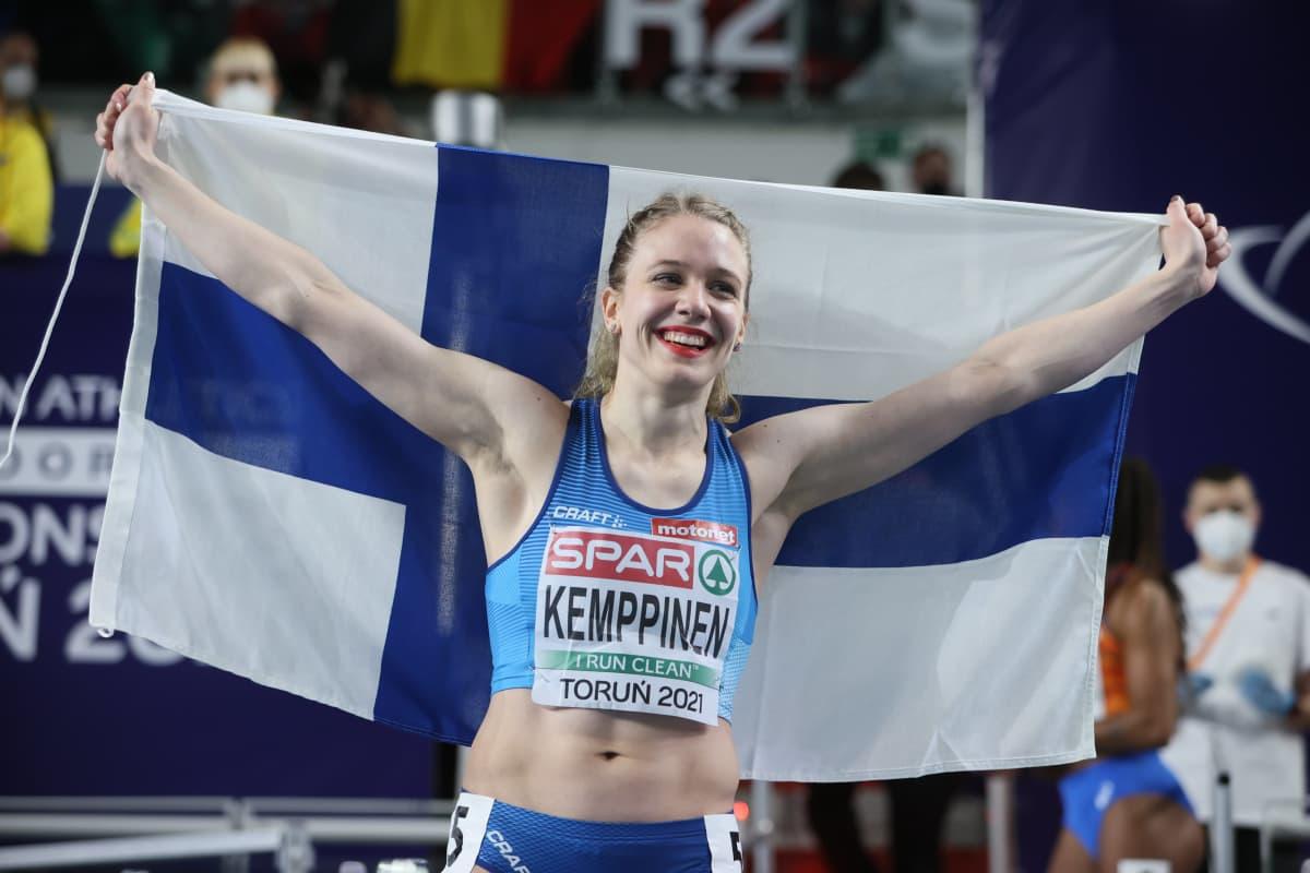Lotta Kemppinen med Finlands flagga.