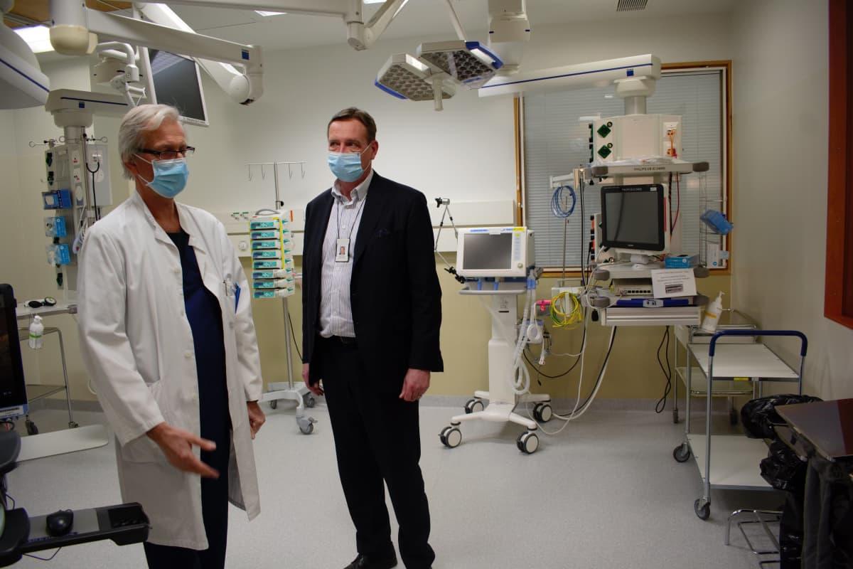 Ylilääkäri Mika Valtonen ja sairaalajohtaja Petri Virolainen erityshuoneessa Tyksin teho-osastolla.