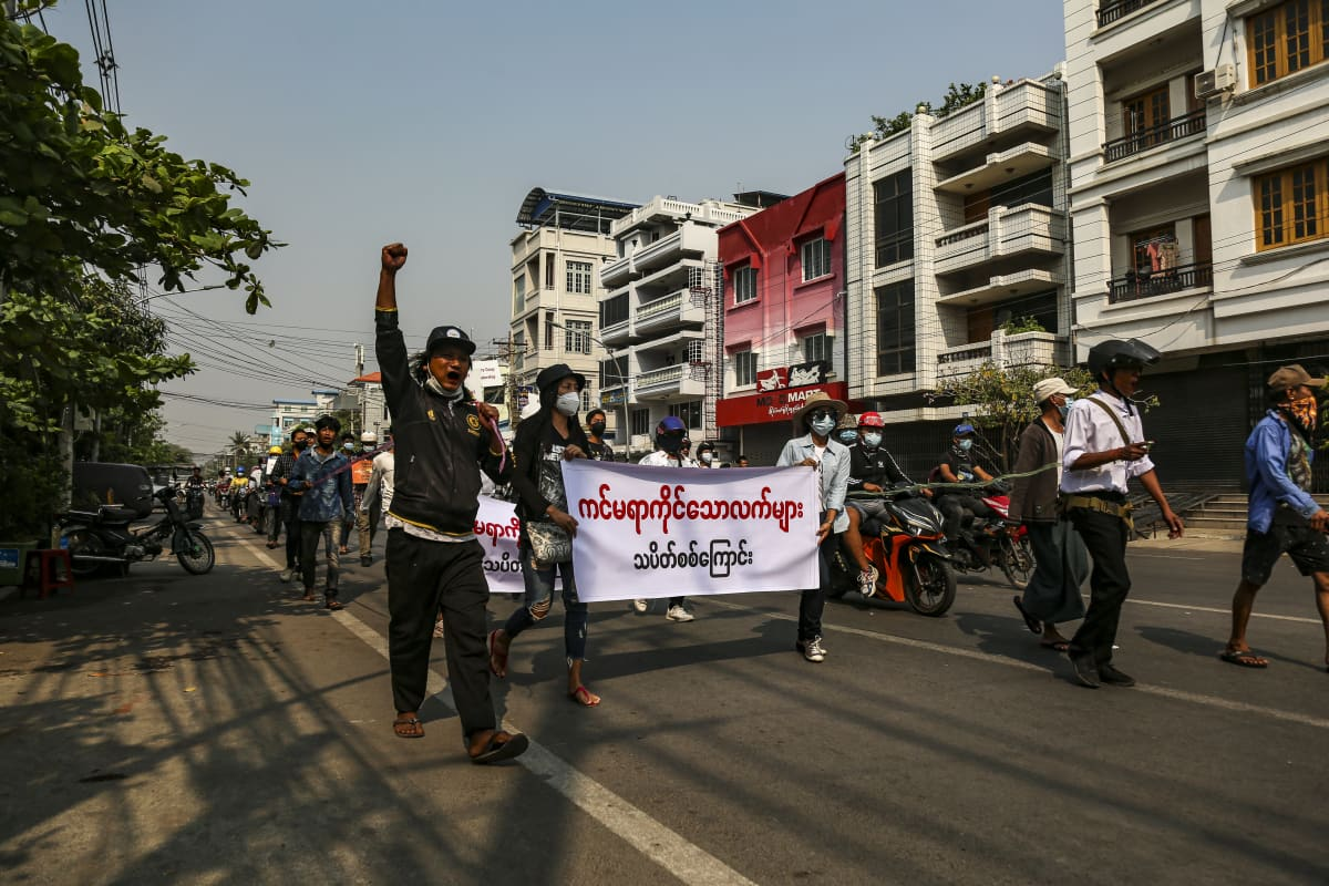 Sotilasvallankaappausta vastustavia mielenosoittajia marssii kadulla Myanmarin Mandalayssa.